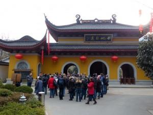 Vor dem Eingang des Fajing Tempel: Am Morgen besuchten wir den Fajing Tempel in den Bergen von Hangzhou. Für eine Stunde haben wir die beschauliche und von Touristen verschonte Anlage besichtigt.