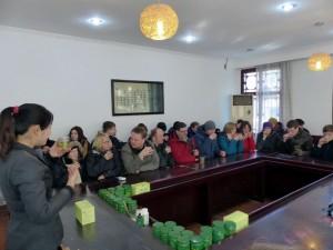 Verkostung des Drachenbrunnentees: In der Nähe des Tempels wurde dann eine Teeplantage besucht. Dort gab es leckeren Drachenbrunnentee, eine Spezialität der Region.