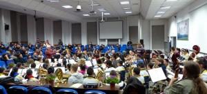 Begegnung mit der Anjilu Experimental School Hangzhou: Am Abend gab es die Begegnung mit dem jungen Orchester der Anjilu Experimental School. Renold hat mit einer Auswahl des LBO und dem Schulorchester gemeinsam das Wiegenlied und den Walzer II geprobt. Die Gastgeber waren sehr beeindruckt  von Renold.
