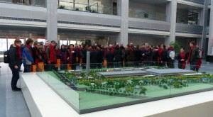 Werksbesichtigung der SICHER ELEVATOR Werks in Huzhou: Das LBO wurde herzlich empfangen und mit roten Schals beschenkt. Bei der ganzen Atmosphäre kamen wir uns vor wie Geschäftspartner :-)