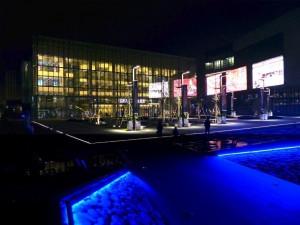 Das Theater (links im Bild) bei Nacht. Es wurde erst im Oktober 2013 eröffnet.
