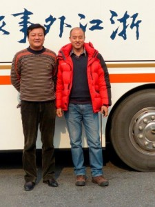 Herr Lu und Herr Li: Unsere Busfahrer für die Reisen in der Region rund um Shanghai. Die beiden brachten uns sicher durch den doch chaotischen Verkehr in und rund um die Städte. Die beiden haben wir heute verabschiedet.