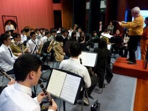Workshop: Renold probt am Nachmittag mit dem Blasorchester der Uni. Dr. Peter Wiedehage übersetzt.